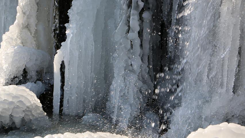 Ein bisschen Wasser dringt noch durch den fast gefrorenen Wasserfall. Gesehen am Wörnitzwehr kurz vor Aufkirchen (Gemeinde Gerolfingen)