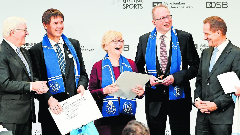 Bundespräsident Frank-Walter Steinmeier (li.) und Alfons Hörmann (r.) vom Olympischen Sportbund, gratulieren dem Turnverein mit Jörg Bergner und Bettina Große. Daneben Hans-Peter Lechner, Vorsitzender der VR-Bank Erlangen.
