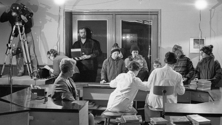 Das grelle Scheinwerferlicht für die Fernsehkamera stört die Buben und Mädchen nicht, die, wie gewohnt, ihre Bücher in der Jugendbücherei abgeben und sich mit neuem Stoff versorgen. Hier geht es zum Kalenderblatt vom 26. Januar 1969: Kinder wollen lesen.