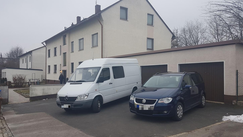 Eine junge Frau wurde in der Nacht in diesem Mehrfamilienhaus in Altenstadt aufgefunden. Der Rettungsdienst konnte der 22-Jährigen nicht mehr  helfen, sie starb noch vor Ort.