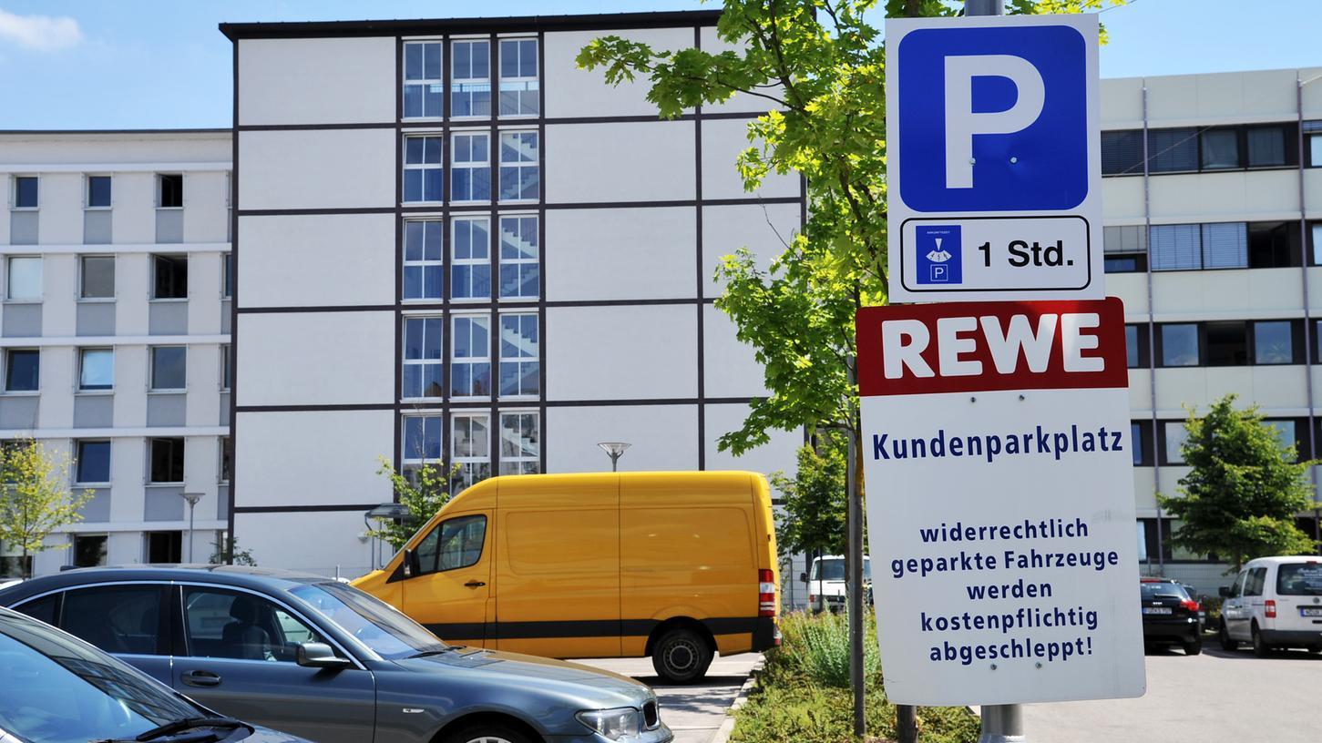 So sah das 2014 aus auf dem Rewe-Parkplatz in der Fürther Kaiserstraße: Nicht alle Autofahrer beachteten die Schilder.