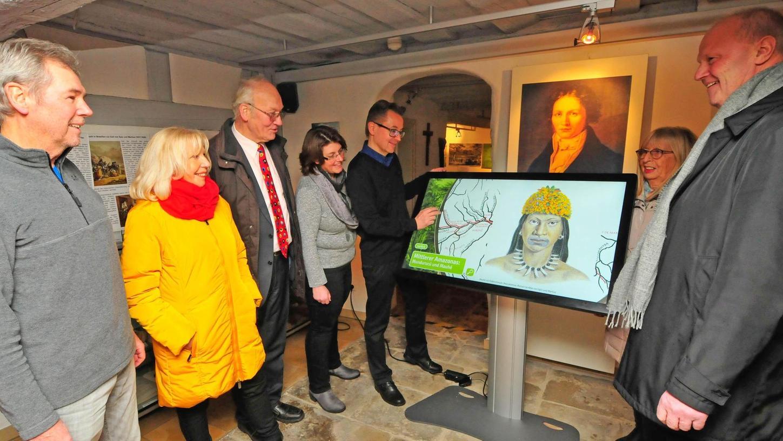 Annja Hermann und Thomas Kaufmann (beide links am Terminal) von der Firma cliptrix präsentieren die interaktiven Möglichkeiten am berührungsempfindlichen Bildschirm. Foto: Roland Huber