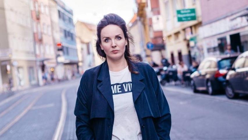 Sie pendelt beständig zwischen Hamburg, wo sie lebt, und Nürnberg, wo sie arbeitet: Die Schauspielerin und Musikerin Lea Sophie Salfeld. Sie wurde 1985 in Oldenburg geboren, studierte nach ihrem Abitur in Berlin Jazz-Gesang und von 2008 bis 2012 Schauspiel an der Otto-Falckenberg-Schule in München.