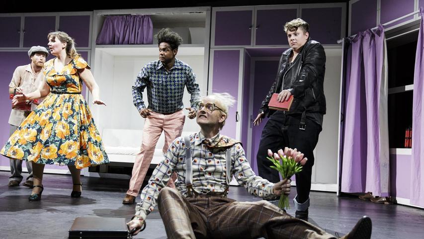 """""""Theater wird gut, wenn man es mit Leuten macht, die man mag"""", sagt Lea Sophie Salfeld (links im gelben Kleid in dem Erfolgsstück """"Komödie mit Banküberfall"""", das derzeit im Schauspielhaus läuft). Sie genießt es, Teil einer Truppe zu sein, die gerade zusammenwächst und zu einer Bühnen-Familie wird."""
