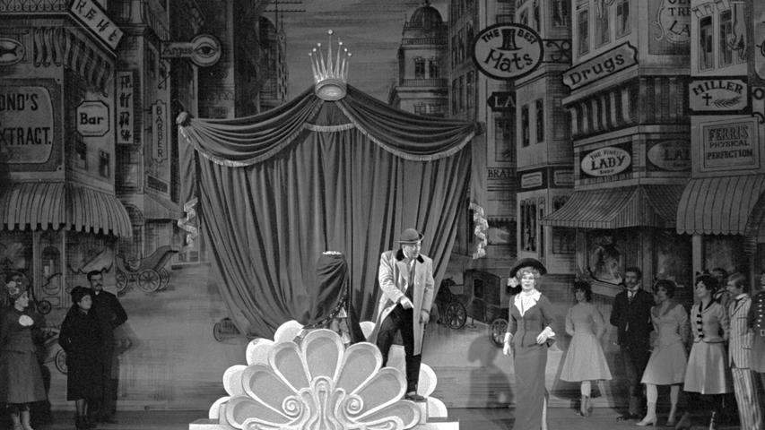 New Yorks 14. Straße im Opernhaus mit Georg Wille als Horace (Mitte) und Tatjana lwanow als Dolly. Hier geht es zum Kalenderblatt vom 27. Januar 1969: Ein Hauch von Broadway in der Oper.