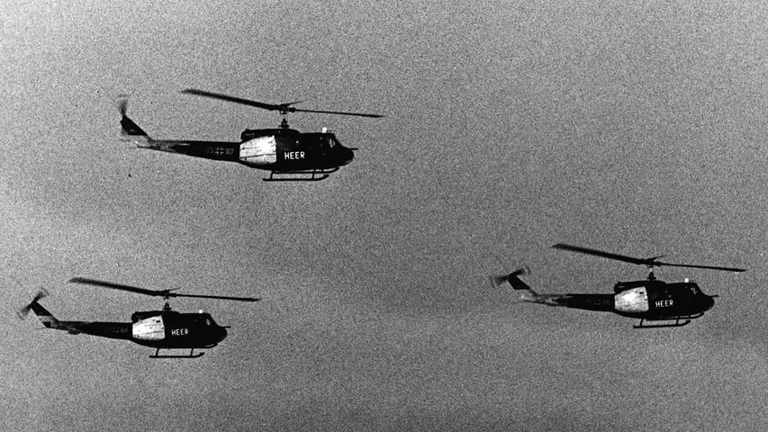 Wie Bienenschwärme flogen jede Menge Hubschrauber über das Manövergebiet.