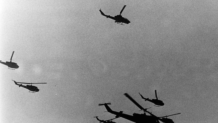 Wie Bienenschwärme flogen jede Menge Hubschrauber über das Manövergelände.