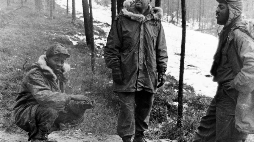 Die Soldaten wärmten sich im kalten Winter am offenen Feuer.