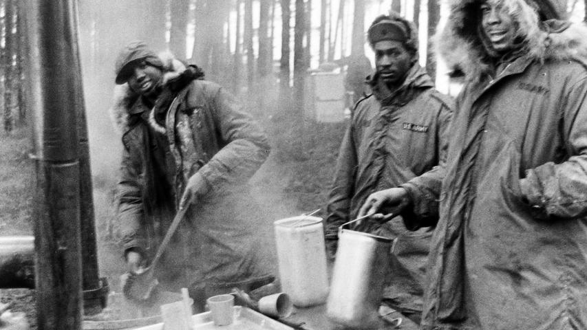 Mit Suppen und Heißgetränken wärmten sich die Soldaten auf.