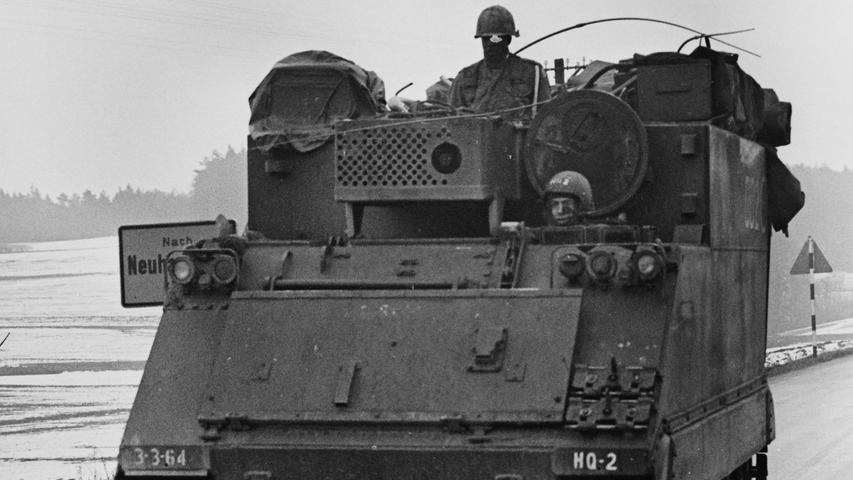 Panzer auf den Straßen stellten eine große Gefahr für den Autoverkehr dar.