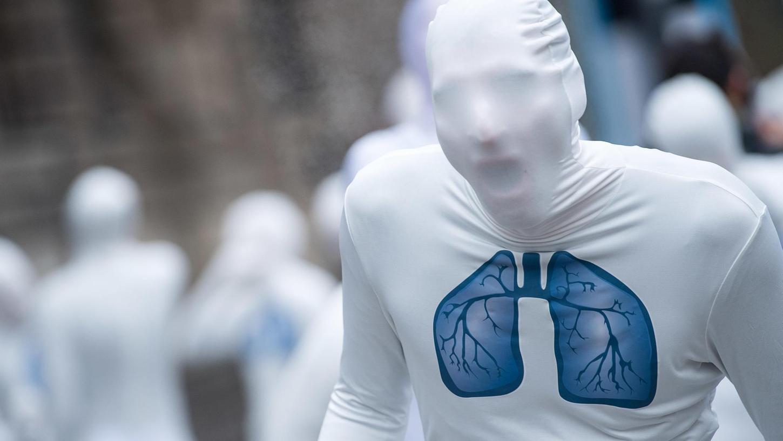 Dieser Greenpeace-Aktivist macht mit einem Ganzkörperanzug auf die Gefahren durch Luftverschmutzung aufmerksam.