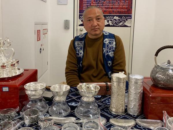 Traditionelles und modernes Kunsthandwerk aus China war auf einem kleinen Markt im Heilig-Geist-Haus zu entdecken. Die Silberschmiedekunst steht im Reich der Mitte schon auf der nationalen Liste des immateriellen Kulturerbes.