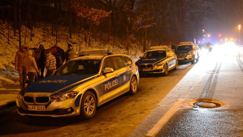 Mehrere Jugendliche, die sich zu dem Zeitpunkt ebenfalls an der S-Bahn-Station aufhielten, mussten die Tragödie direkt mitansehen. Sie alle wurden von der Polizei zu der Tat verhört.