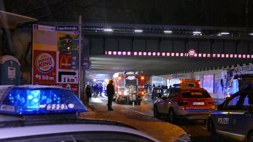 Das Unglück endete damit, dass drei der Beteiligten in dem Moment auf das Gleis fielen, als eine S-Bahn in den Bahnhof einfuhr.