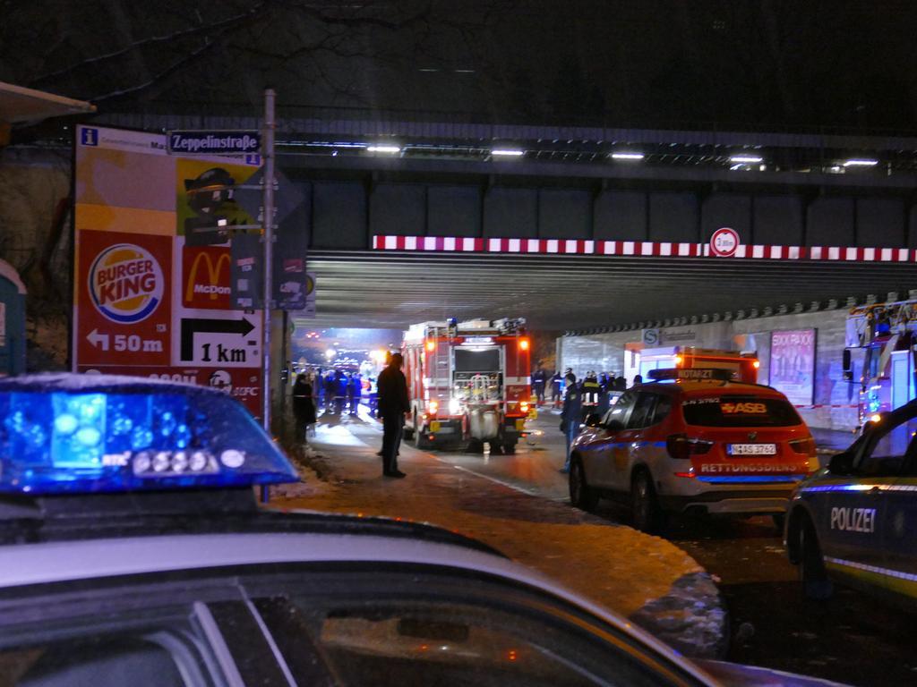 Eine Schlägerei am Nürnberger S-Bahn Bahnhof Frankenstation fand in den frühen Morgenstunden des Samstags (26.01.2019) ein schreckliches Ende. Aus noch unbekannten Gründen eskalierte eine Auseinandersetzungen zwischen mehreren Männern derart, dass drei Personen ins Gleisbett stürzten. Kurze Zeit später wurden zwei von ihnen von einem Zug erfasst und tödlich verletzt. Die Mordkommission der Nürnberger Polizei hat noch in der Nacht ihre Ermittlungen aufgenommen.Weitere Informationen folgen. Foto: NEWS5 / Oßwald Weitere Informationen... https://www.news5.de/news/news/read/14817