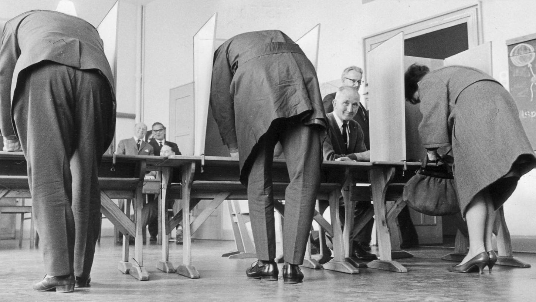 Blick in ein Nürnberger Wahllokal bei der Kommunalwahl 1963.