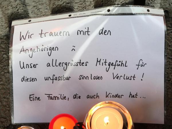 Auch am Bahnsteig an der Haltestelle Frankenstadion haben Menschen Kerzen, Nachrichten und Blumen abgelegt.