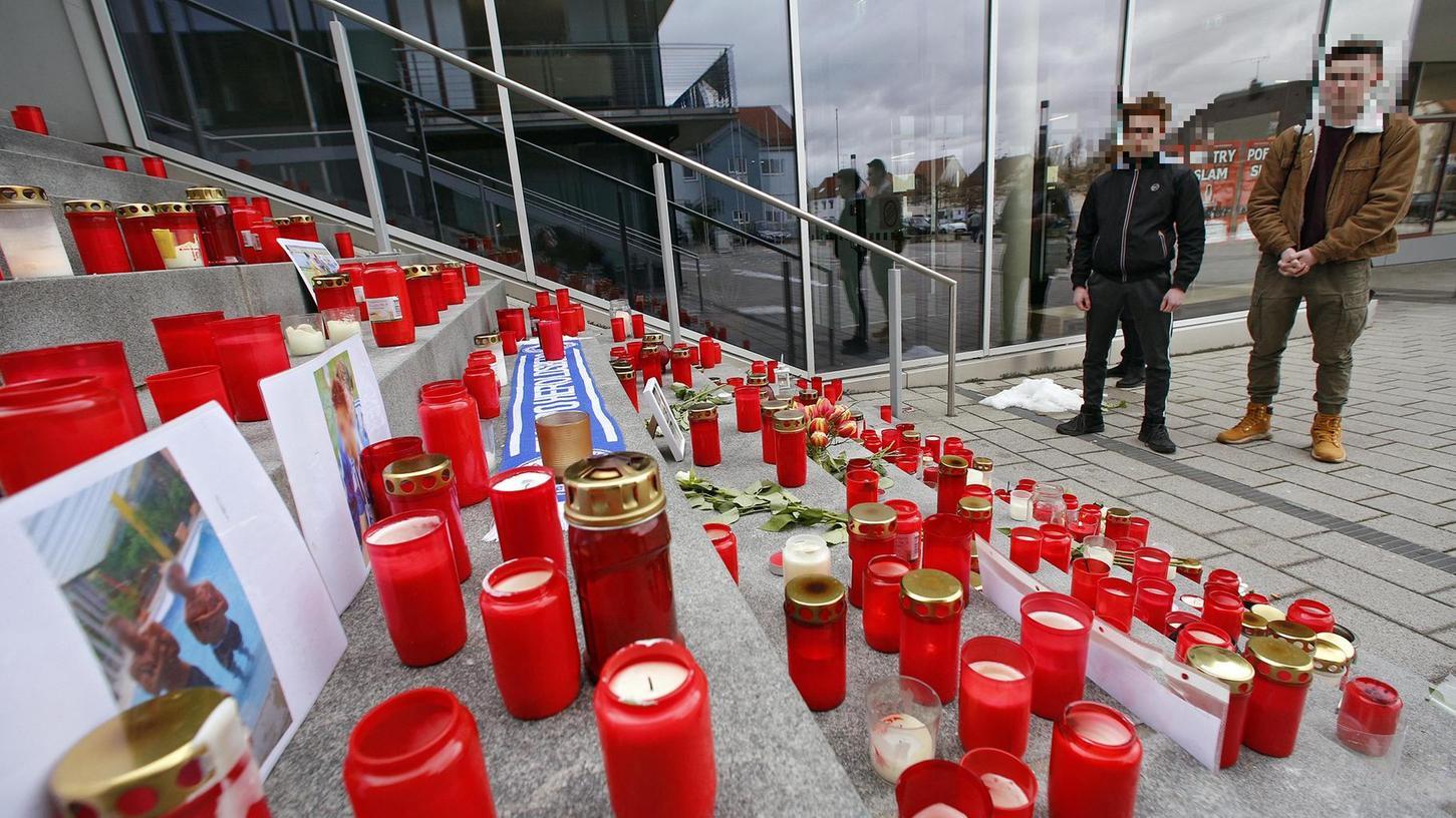 Auf den Stufen des Rathauses von Heroldsberg haben Mittrauernde zahlreiche Kerzen als Zeichen ihrer Anteilnahme aufgestellt. Aus der Marktgemeinde stammen die beiden Opfer des tödlichen S-Bahnunglücks.