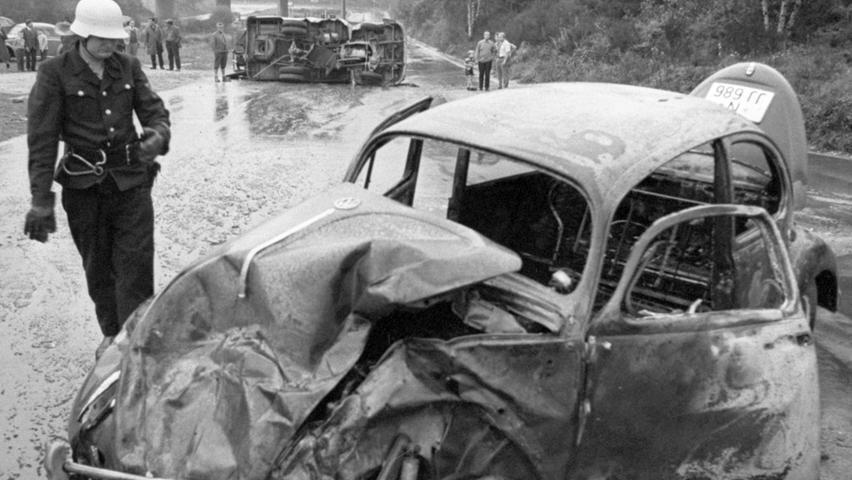 Mit dem traurigsten Ergebnis, das es je gab, schließt die Bilanz der Schutzpolizei ab: Im vergangenen Jahr haben die Beamten 9.402 Unfälle registriert, bei denen 3.304 Personen verletzt wurden. Die Zahl der Toten ist sprunghaft in die Höhe gestiegen: 1968 mußten 87 Menschen auf den Straßen der Stadt sterben, was eine Erhöhung um fast 48 Prozent bedeutet. Hier geht es zum Kalenderblatt vom 30. Januar 1969: Alarmierende Bilanz