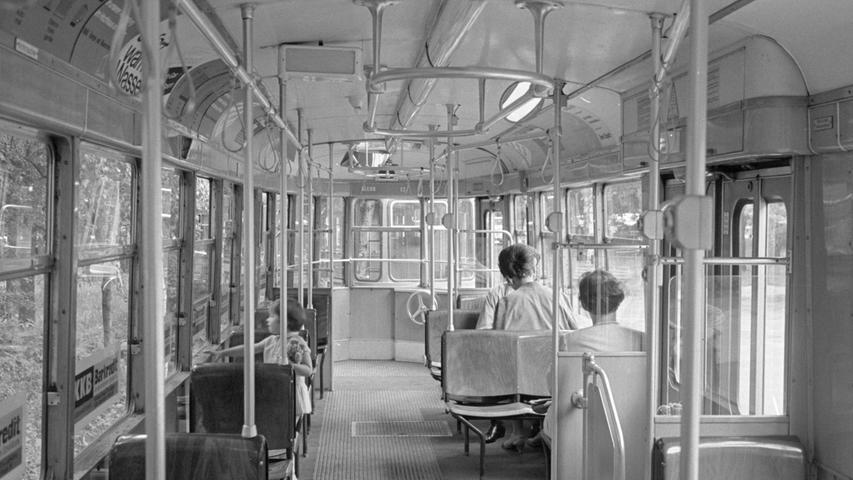 """Nürnbergs Straßenbahnfahrgäste erwarten keine """"rosa Zeiten"""". Dies wollen heute die Mitglieder des VAG-Vorstands der Öffentlichkeit mitteilen. Mit einem entsetzten """"Nein"""" reagierte die VAG auf den Antrag der FDP-Stadtratsfraktion vom 9. Juli 1968, bei den Straßenbahnen verbilligte Sondertarife für Hausfrauen und Rentner während den verkehrsschwachen Tageszeiten sowie einen Kurzstreckentarif für 40 Pfennig versuchsweise einzuführen. Hier geht es zum Kalenderblatt vom 31. Januar 1969: Trambahn bleibt teuer"""