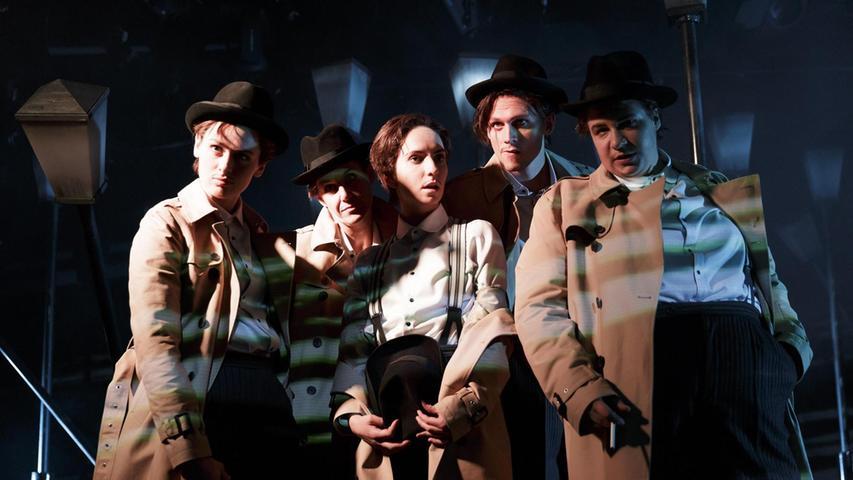 """Trenchcoat, Hut und in der Hand eine Kippe, wie im Ballett geschwenkt – fertig ist der melancholische Schnüffler aus dem Film noir! Einer der Reize des Stücks """"Der Zorn der Wälder"""" besteht darin, wie geschwind die fünf Schauspieler – unter ihnen Anna Klimovitskaya (in der Mitte) - mal den Detektiv spielen, mal ganz andere Rollen. Die deutsche Komödie läuft erfolgreich an den Nürnberger Kammerspielen."""
