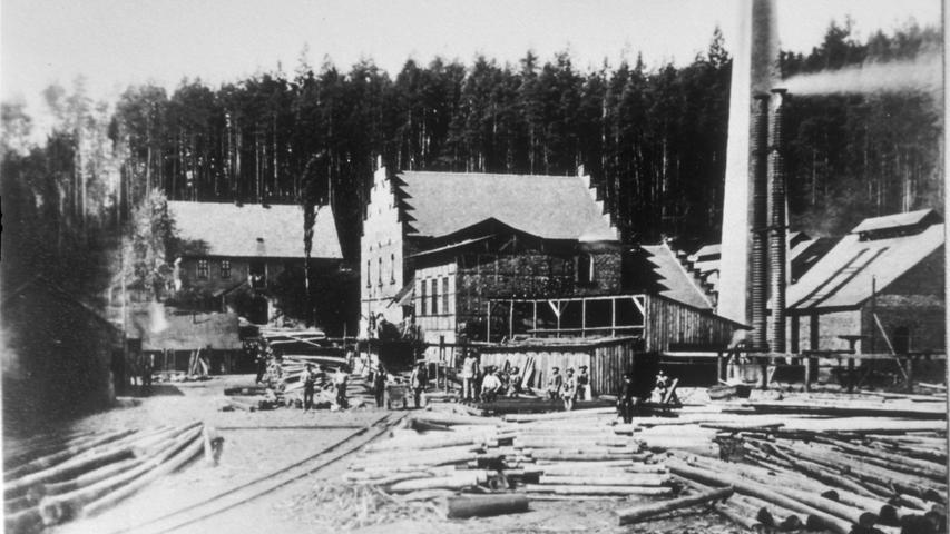 Nirgendwo in Bayern wurde so viel Steinkohle abgebaut wie in Stockheim im Landkreis Kronach. Zeitweise gab es dort bis zu 30 Gruben mit insgesamt 1000 Bergleuten. Begonnen hat der Abbau im Jahr 1756, im Ortsteil Reitsch wurde die erste Steinkohle sogar schon im Jahr 1582 aus dem Boden geholt.