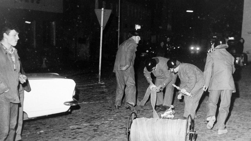 Über die Jahrzehnte diente das neue Rathaus der Stadt Pegnitz immer wieder als Objekt für Feuerwehrübungen. So auch vor 50 Jahren, als ein Brand in der Registratur angenommen worden ist. Unter anderem ist damals von der KSB-Werksfeuerwehr auch eine Schlauchleitung von der Karmühlbrücke hinauf auf den Marktplatz verlegt worden. Die Pegnitzer Wehr rückte mit einem Tanklöschfahrzeug und einem Hydrantentruppwagen an. Atemschutzträger bekämpften den angenommenen Brand im Innern des Gebäudes, während außen vor den Augen zahlreicher Schaulustiger auch die benachbarte Marktdrogerie geschützt werden musste. Interessant im Vergleich zu heute sind insbesondere die enormen Verbesserung in der Ausrüstung der Wehren.