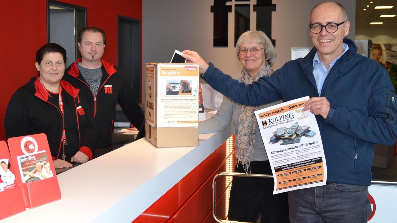 Im Fitnessstudio clever fit von Pavla und Andreas Gebhardt können die alten Handys abgegeben werden: Über viele Spenden freuen sich Marga Labandowsky (zweite von rechts) und Christop Heitzer (rechts) von der Kolpingfamilie.