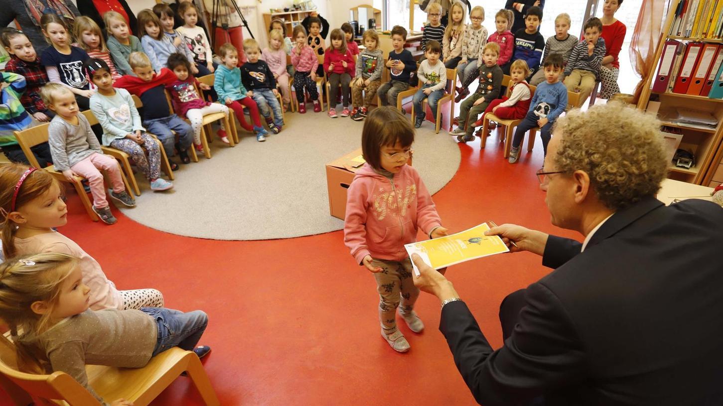 """Jede Gruppe bekommt für die Teilnahme an der Kindermeilenkampagne eine Urkunde. Hier überreicht Bürgermeister German Hacker eine der Urkunden in der Don-Bosco-Kindertagesstätte, wo die meisten """"grünen Meilen"""" pro Kind gesammelt wurden."""