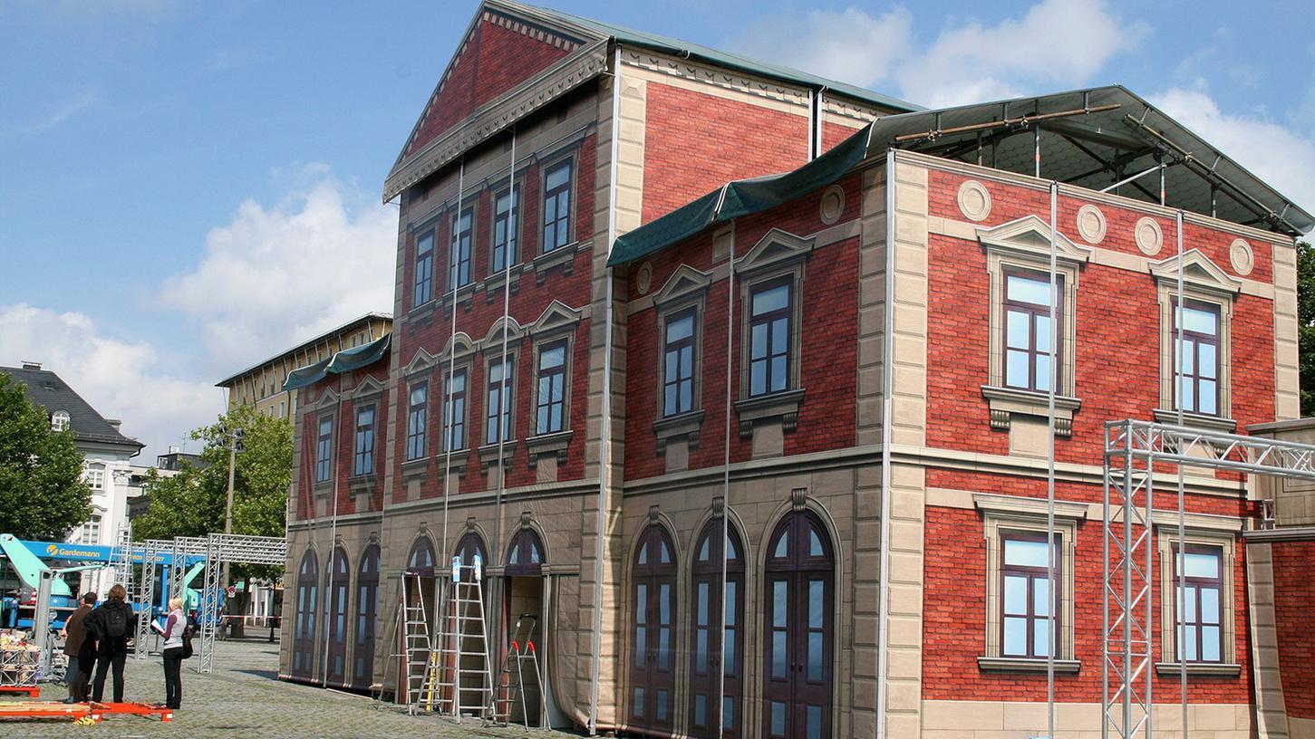 Luftige, aber eindrucksvolle Konstruktion: die Attrappe des einstigen Ludwigsbahnhofs auf der Fürther Freiheit.