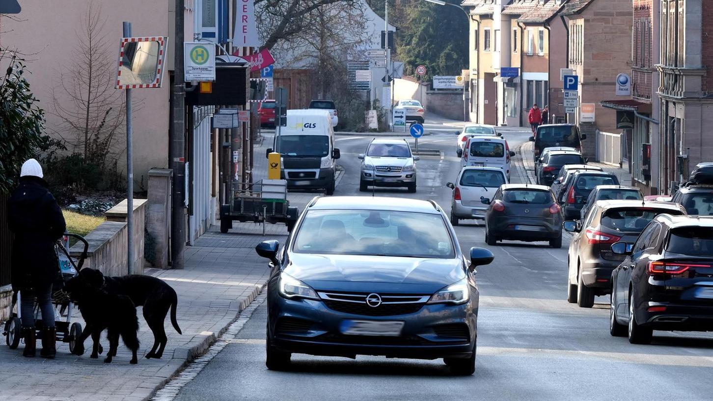Die viel befahrene Ortsdurchfahrt trennt Cadolzburg in zwei Hälften. Sehnsüchtig warten die Bürger wenigstens auf ein dauerhaftes Tempolimit.