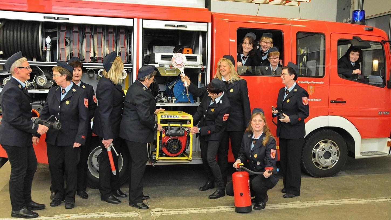 Die Langensendelbacher Feuerwehrfrauen sind locker, ehrgeizig und haben Ahnung vom Feuerwehrwesen.