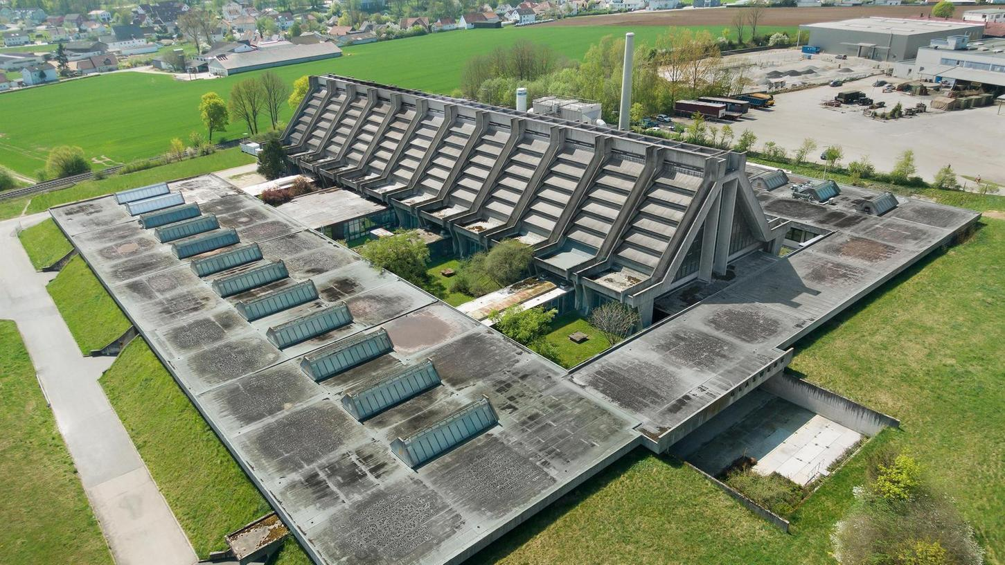 Die Glaskathedrale in Amberg — sie wird wegen ihrer kirchenähnlichen Form so genannt — ist heute noch Produktionsstätte. Entworfen hat sie der Architekt Walter Gropius, Gründer des berühmten Bauhaus in Weimar. Es war sein letzter Industriebau.