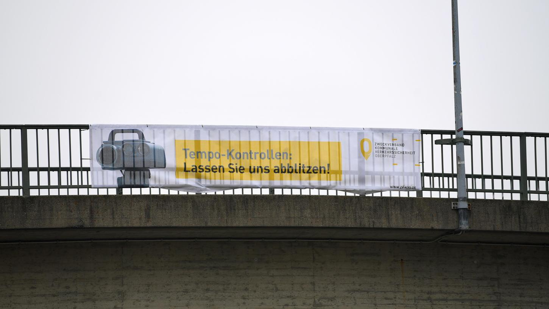 Wird wohl bald auch in Berg zu sehen sein: Ein Plakat des Blitzer-Zweckverbandes, der vor seiner Arbeit warnt.