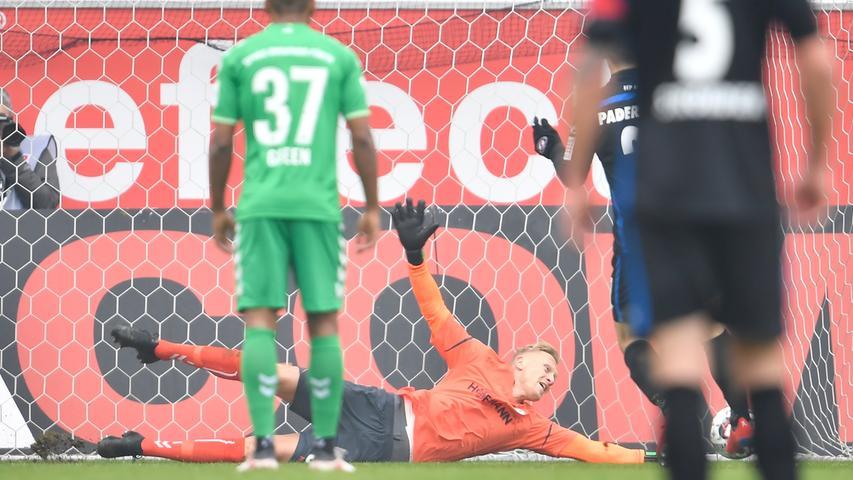 02.02.2019 --- Fussball --- Saison 2018 2019 --- 2. Fussball - Bundesliga --- 20. Spieltag: SC Paderborn - SpVgg Greuther Fürth ( Kleeblatt ) --- Foto: Sport-/Pressefoto Wolfgang Zink / WoZi --- DFL REGULATIONS PROHIBIT ANY USE OF PHOTOGRAPHS AS IMAGE SEQUENCES AND/OR QUASI-VIDEO --- ....Sascha Burchert (30, SpVgg Greuther Fürth ) muss Gegentor Tor zum 1:0 durch Philipp Klement (21, SC Paderborn 07 ) hinnehmen per Elfmeter Strafstoß