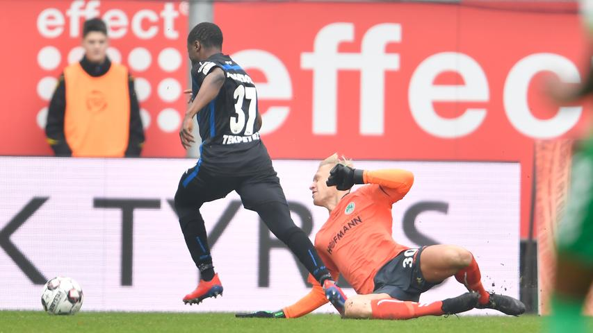 02.02.2019 --- Fussball --- Saison 2018 2019 --- 2. Fussball - Bundesliga --- 20. Spieltag: SC Paderborn - SpVgg Greuther Fürth ( Kleeblatt ) --- Foto: Sport-/Pressefoto Wolfgang Zink / WoZi --- DFL REGULATIONS PROHIBIT ANY USE OF PHOTOGRAPHS AS IMAGE SEQUENCES AND/OR QUASI-VIDEO --- ....Bernard Tekpetey (37, SC Paderborn 07 ) Sascha Burchert (30, SpVgg Greuther Fürth ) - Szene zu Elfmeter Strafstoß