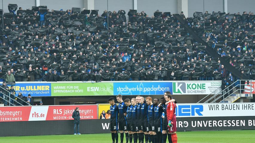 02.02.2019 --- Fussball --- Saison 2018 2019 --- 2. Fussball - Bundesliga --- 20. Spieltag: SC Paderborn - SpVgg Greuther Fürth ( Kleeblatt ) --- Foto: Sport-/Pressefoto Wolfgang Zink / WoZi --- DFL REGULATIONS PROHIBIT ANY USE OF PHOTOGRAPHS AS IMAGE SEQUENCES AND/OR QUASI-VIDEO --- ....Choreo Choreografie SCP-Fans - Trauer um Wilfried Finke