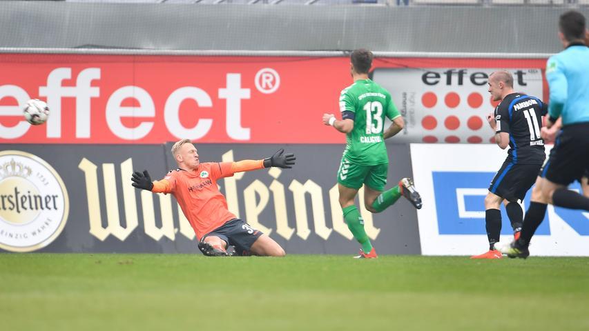 02.02.2019 --- Fussball --- Saison 2018 2019 --- 2. Fussball - Bundesliga --- 20. Spieltag: SC Paderborn - SpVgg Greuther Fürth ( Kleeblatt ) --- Foto: Sport-/Pressefoto Wolfgang Zink / WoZi --- DFL REGULATIONS PROHIBIT ANY USE OF PHOTOGRAPHS AS IMAGE SEQUENCES AND/OR QUASI-VIDEO --- ....Sascha Burchert (30, SpVgg Greuther Fürth ) muss Gegentor Tor zum 3:0 durch Sven Michel (11, SC Paderborn 07 ) hinnehmen -