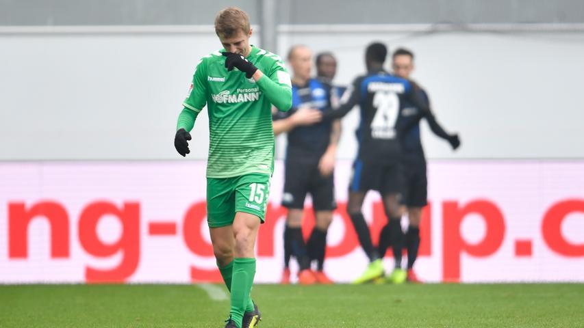 02.02.2019 --- Fussball --- Saison 2018 2019 --- 2. Fussball - Bundesliga --- 20. Spieltag: SC Paderborn - SpVgg Greuther Fürth ( Kleeblatt ) --- Foto: Sport-/Pressefoto Wolfgang Zink / WoZi --- DFL REGULATIONS PROHIBIT ANY USE OF PHOTOGRAPHS AS IMAGE SEQUENCES AND/OR QUASI-VIDEO --- ....Torjubel Jubel Freude nach Treffer Tor Torschuß zum 2:0 durch Bernard Tekpetey (37, SC Paderborn 07 ) im Hintergrund -
