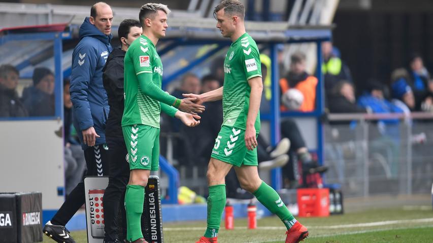02.02.2019 --- Fussball --- Saison 2018 2019 --- 2. Fussball - Bundesliga --- 20. Spieltag: SC Paderborn - SpVgg Greuther Fürth ( Kleeblatt ) --- Foto: Sport-/Pressefoto Wolfgang Zink / WoZi --- DFL REGULATIONS PROHIBIT ANY USE OF PHOTOGRAPHS AS IMAGE SEQUENCES AND/OR QUASI-VIDEO --- ....Fabian Reese (17, SpVgg Greuther Fürth ) kommt für Richard Magyar ( 5, SpVgg Greuther Fürth ) ins Spiel - Auswechslung / Einwechslung / Wechsel
