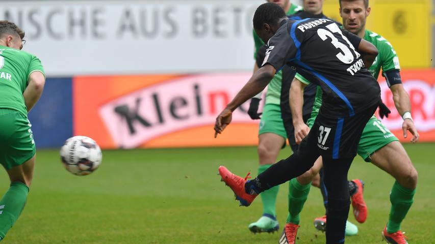 02.02.2019 --- Fussball --- Saison 2018 2019 --- 2. Fussball - Bundesliga --- 20. Spieltag: SC Paderborn - SpVgg Greuther Fürth ( Kleeblatt ) --- Foto: Sport-/Pressefoto Wolfgang Zink / MeZi --- DFL REGULATIONS PROHIBIT ANY USE OF PHOTOGRAPHS AS IMAGE SEQUENCES AND/OR QUASI-VIDEO --- ....Bernard Tekpetey (37, SC Paderborn 07 ) erzielt Treffer Tor Torschuß zum 2:0