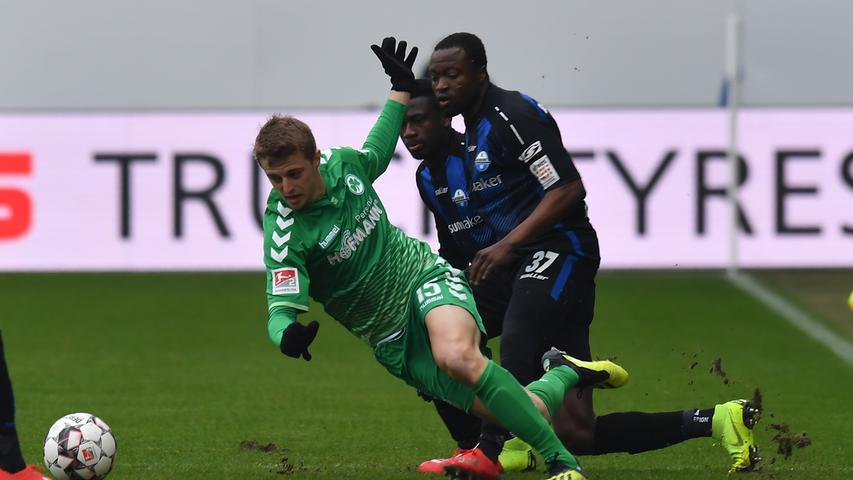 02.02.2019 --- Fussball --- Saison 2018 2019 --- 2. Fussball - Bundesliga --- 20. Spieltag: SC Paderborn - SpVgg Greuther Fürth ( Kleeblatt ) --- Foto: Sport-/Pressefoto Wolfgang Zink / MeZi --- DFL REGULATIONS PROHIBIT ANY USE OF PHOTOGRAPHS AS IMAGE SEQUENCES AND/OR QUASI-VIDEO --- ....Fabian Reese (17, SpVgg Greuther Fürth ) Bernard Tekpetey (37, SC Paderborn 07 )