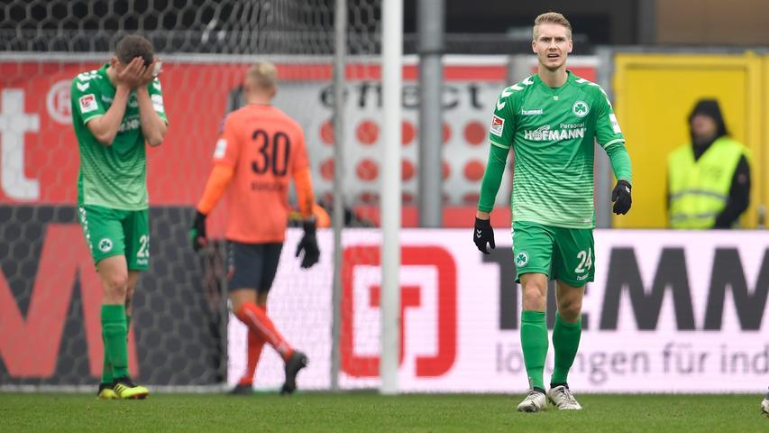 02.02.2019 --- Fussball --- Saison 2018 2019 --- 2. Fussball - Bundesliga --- 20. Spieltag: SC Paderborn - SpVgg Greuther Fürth ( Kleeblatt ) --- Foto: Sport-/Pressefoto Wolfgang Zink / WoZi --- DFL REGULATIONS PROHIBIT ANY USE OF PHOTOGRAPHS AS IMAGE SEQUENCES AND/OR QUASI-VIDEO --- ....Paul Jäckel Jaeckel ( 23, SpVgg Greuther Fürth ) Maximilian Sauer (24, SpVgg Greuther Fürth ) enttäuscht / Enttäuschung