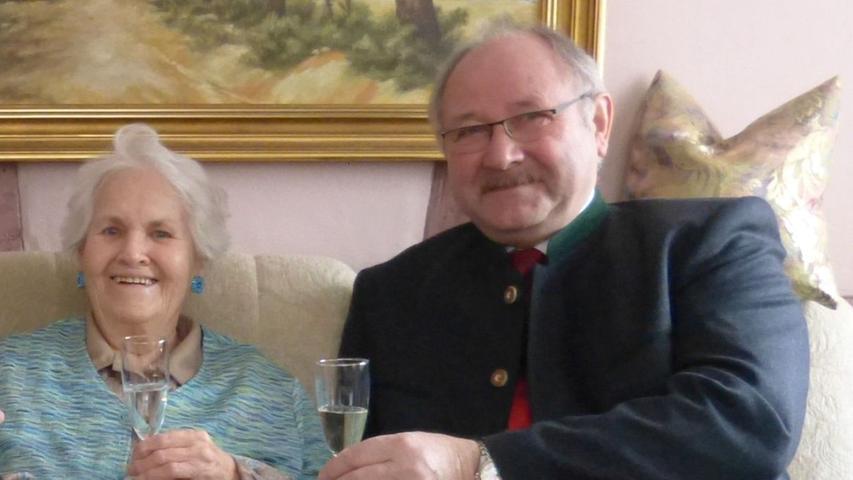 """Bis in alle Einzelheiten kann Annemarie Kinzel ihren Lebensweg beschreiben. Jetzt hat sie im Haus ihrer Tochter Ulrike und ihres Schwiegersohns Ernst Kunzmann in Neusles ihren 90. Geburtstag gefeiert. 1929 wurde sie als fünftes Kind in Tilsit in Ostpreußen an der Grenze zu Litauen geboren. Alle nannten sie """"Mausi"""". Sie besuchte die höhere Handelsschule und absolvierte in Tilsit ein Soziales Jahr, das damals Pflicht war. Während eines Ernteeinsatzes war sie den Tieffliegerangriffen der Roten Armee ausgesetzt, die Evakuierung der Bevölkerung erfolgte im Sommer 1943. Mit Mutter und Bruder erreichte sie Kamenz im Landkreis Bautzen. Schließlich ging es nach Ahornberg, einem Ortsteil von Konradsreuth im Landkreis Hof. Dort lernte sie beim Tanz ihren späteren Ehemann Günter Kinzel kennen, der aus Schlesien kam. 1952 heirateten die beiden. Aus beruflichen Gründen zogen sie nach Nürnberg. 1954 und 1958 kamen ihre Töchter Christiane und Ulrike auf die Welt. Annemarie Kinzel arbeitete bis 1978 in der Firma ihres Ehemannes, später noch viele Jahre bei Klebes in Erlangen in der Buchhaltung. Heute freut sie sich über sechs Enkel und vier Urenkel, unterstützt ihre selbstständigen Töchter, indem sie die Enkel betreut. Heute lebt sie bei ihrer Tochter Ulrike und ihrem Schwiegersohn in Neusles, in einem Bauernhaus, das in Eigenbau saniert wurde. Ehemann Günter ist inzwischen verstorben. Nun konnte Annemarie Kinzel im Kreis ihrer großen Familie ihren Ehrentag begehen. Als Gratulanten kamen auch Altbürgermeister und Kreisrat Werner Wolf in Vertretung des Bürgermeisters sowie der Leutenbacher Altbürgermeister und Kreisrat Otto Siebenhaar als Vertreter des Landrates."""