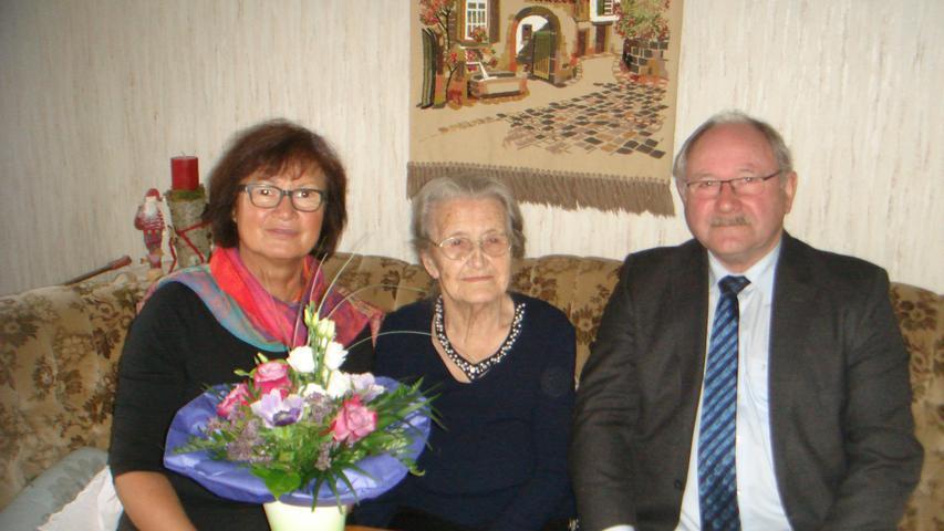 Im hohen Alter von 95 Jahren konnte Margarete Pickelmann, eine geborene Meier aus Herzogwind, jetzt in Kappel ihren Geburtstag feiern. Von fünf Geschwistern war sie die zweitälteste, wuchs im bäuerlichen Umfeld auf und arbeitete freilich auch in der Landwirtschaft. Dort lernte sie ihren Ehemann Konrad kennen, der ebenfalls aus einem landwirtschaftlichen Anwesen aus Almos stammte. Mit 19 Jahren, im Kriegsjahr 1943, heiratete Margarete ihren Konrad — der Ehe entstammen zwei Kinder, ein Sohn und eine Tochter. Während des Kriegs arbeitete Margarete Pickelmann im bäuerlichen Anwesen ihrer Schwiegereltern in Almos. Ehemann Konrad wurde zur Wehrmacht eingezogen und an der Front schwer verwundet.Im hohen Alter von 95 Jahren konnte Margarete Pickelmann, eine geborene Meier aus Herzogwind, jetzt in Kappel ihren Geburtstag feiern. Von fünf Geschwistern war sie die zweitälteste, wuchs im bäuerlichen Umfeld auf und arbeitete freilich auch in der Landwirtschaft. Dort lernte sie ihren Ehemann Konrad kennen, der ebenfalls aus einem landwirtschaftlichen Anwesen aus Almos stammte. Mit 19 Jahren, im Kriegsjahr 1943, heiratete Margarete ihren Konrad — der Ehe entstammen zwei Kinder, ein Sohn und eine Tochter. Während des Kriegs arbeitete Margarete Pickelmann im bäuerlichen Anwesen ihrer Schwiegereltern in Almos. Ehemann Konrad wurde zur Wehrmacht eingezogen und an der Front schwer verwundet. Sein linker Arm und sein linkes Bein mussten in der Folge amputiert werden. Trotzdem schaffte es der von seinem Kriegsleiden schwer gezeichnete Mann, der sich immer für seine Nächsten eingesetzt hatte, im Jahr 1958 zum Bürgermeister und zum Kreisrat gewählt zu werden. Bis zu seinem viel zu frühen Tod 1967 übte er die beiden Ämter aus. Die junge Witwe widmete sich vorbildlich der Betreuung ihrer vier Enkel und der beiden Urenkel. Und bis vor ein paar Jahren war sie auch mit der Pflege der Blumen und des Gartens stark beschäftigt. Zu ihrem Ehrentag erhielt sie viele Glückwünsche — auch von Hiltpoltst