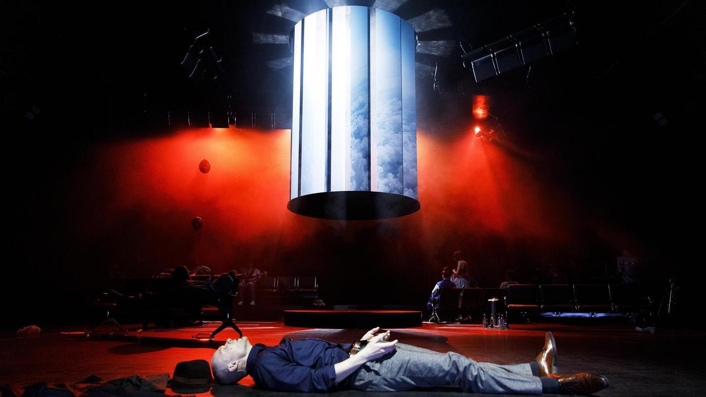 """""""Lazarus"""" ist der Titel eines Songs, eines Musikvideos und eines Musicals von David Bowie (1947-2016). Es ist sein künstlerisches Vermächtnis, das der britische Popstar kurz vor seinem Tod veröffentlicht hat. Das Musical knüpft an den Film """"Der Mann, der vom Himmel fiel"""" von Nicolas Roeg aus dem Jahr 1976 an. Es geht um das Schicksal eines Außerirdischen, der vergeblich versucht, zu seinem Heimatplaneten zurückzukehren. Am Nürnberger Staatstheater spielt Sascha Tuxhorn (im Bild) die Rolle des lebensmüden Newton."""