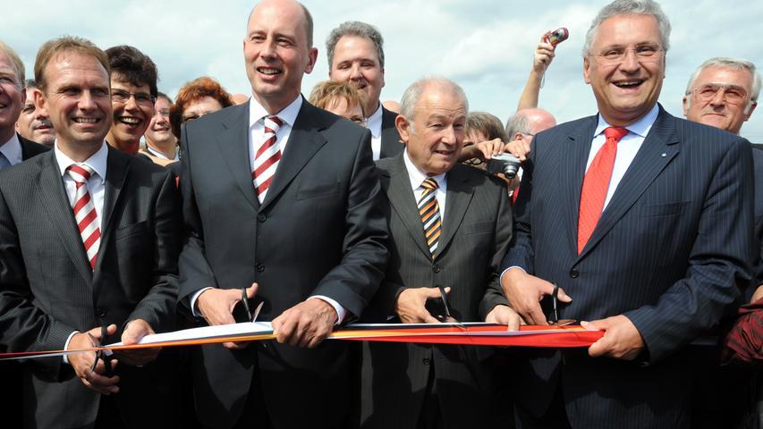 Am 5. September 2008 war es endlich soweit: Mit dem Durchschneiden des Bandes eröffneten (von links) der Thüringer Ministerpräsident Dieter Althaus (CDU), Bundesverkehrsminister Wolfgang Tiefensee (SPD) und Bayerns Ministerpräsident Günther Beckstein sowie Innenminister Joachim Herrmann (beide CSU) das letzte Teilstück der neuen A73 bei Lichtenfels.