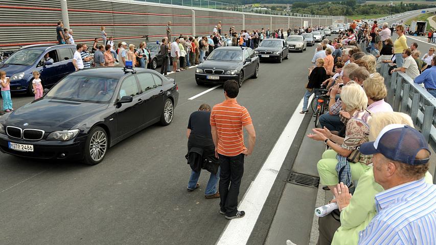 Die ersten Fahrzeuge rollten bereits kurz vor der offiziellen Eröffnung über die neue Trasse. Die 70 Kilometer lange und knapp 800 Millionen Euro teure A73 verbindet Franken mit Thüringen. Mit dem Lückenschluss stand zugleich eine neue bundesweite Nord-Süd-Verbindung zur Verfügung.