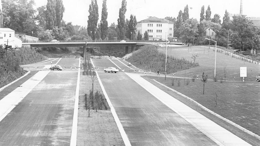 Bereits Anfang der 1950er Jahre wurde der Schnellweg zwischen Feucht, Nürnberg und Erlangen geplant. Tatsächlich begonnen wurde der Bau des Frankenschnellwegs dann aber erst 1959. Allerdings ging es in den 1960er Jahren abschnittsweise nur schleppend voran, wie die Nürnberger Nachrichten beispielsweise im Juni 1966 berichteten: