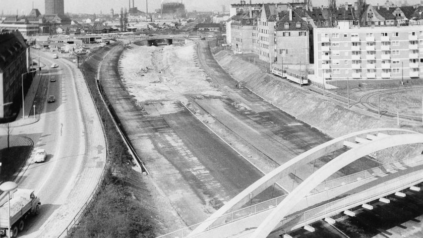 Stück für Stück wuchs die Stadtautobahn in den 1970er Jahren. Der Teilabschnitt (hier zu sehen die Strecke vom Heistersteg Richtung Nordwesten) IIa wurde zum Beispiel im Laufe des Jahres 1971 an die Nopitschstraße angeschlossen.